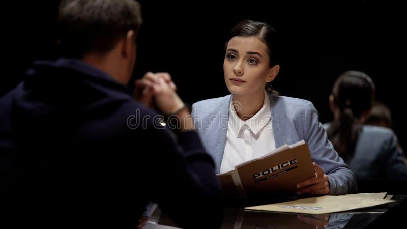 Привлекательная женская встреча юриста арестовала человека, подготовки для слушания суда стоковое изображение