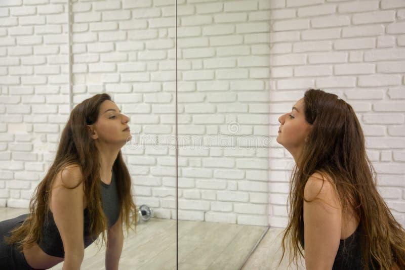 Привлекательная женская модель в обмундировании йоги делая йогу стоковое фото rf