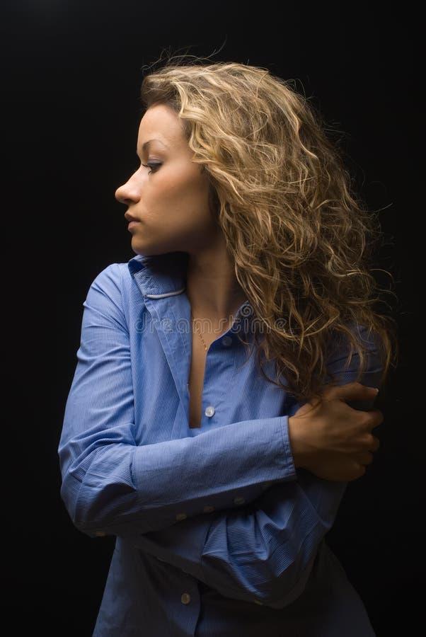 Привлекательная женщина брюнет в голубой рубашке стоковая фотография rf