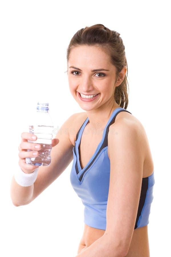Привлекательная женщина в верхней части пригодности держит бутылку воды стоковые изображения