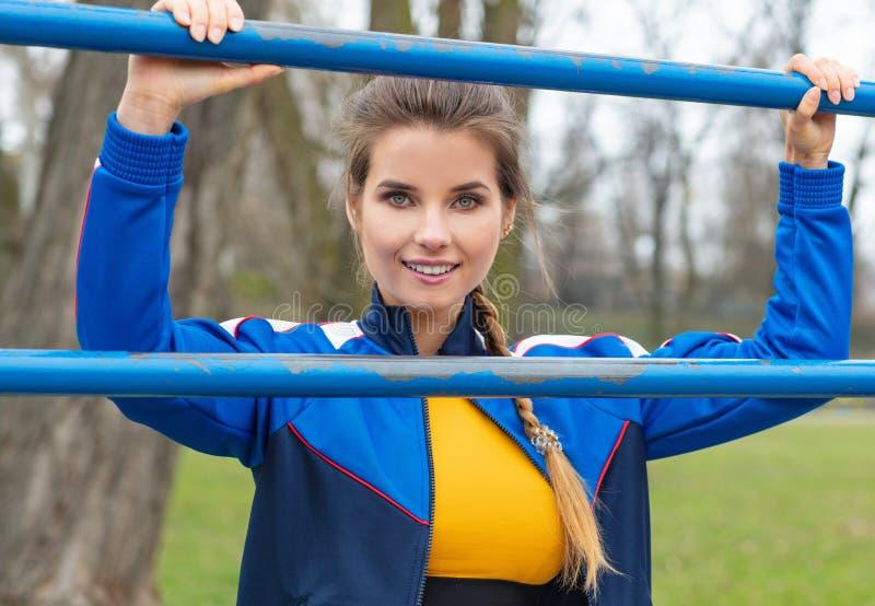 Привлекательная женщина в голубых одеждах спорта работает outdoors стоковая фотография rf