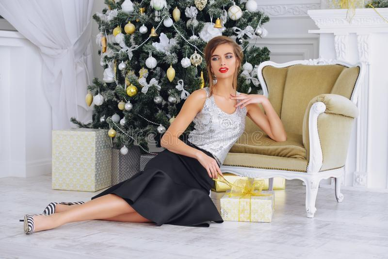 Привлекательная женщина в интерьере для рождества стоковые фотографии rf