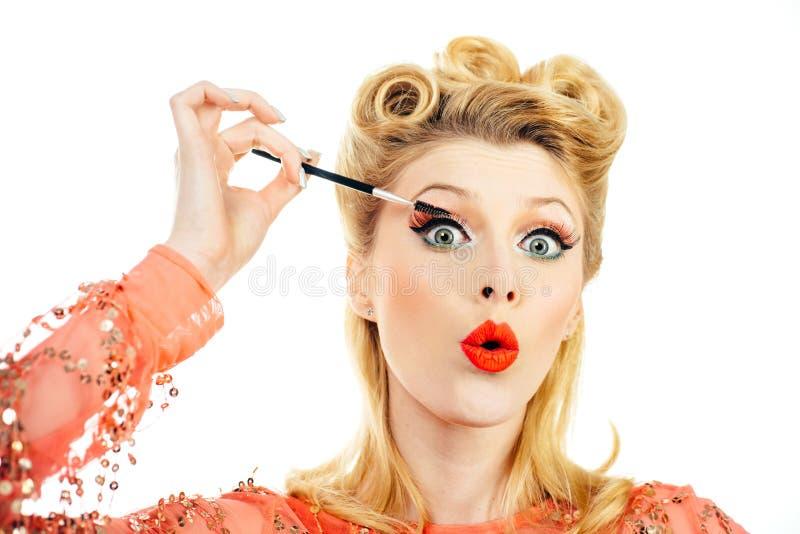 Привлекательная женщина в красном платье ретро волосдо Счастливая девушка с маскарой Портретная блондинка-блондинка в стиле пикап стоковые фотографии rf