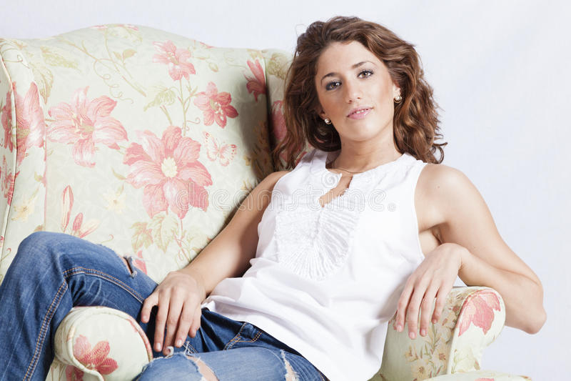 Привлекательная женщина в кресле стоковые изображения rf