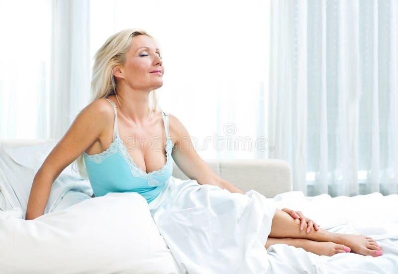 Привлекательная женщина в кровати стоковое фото rf