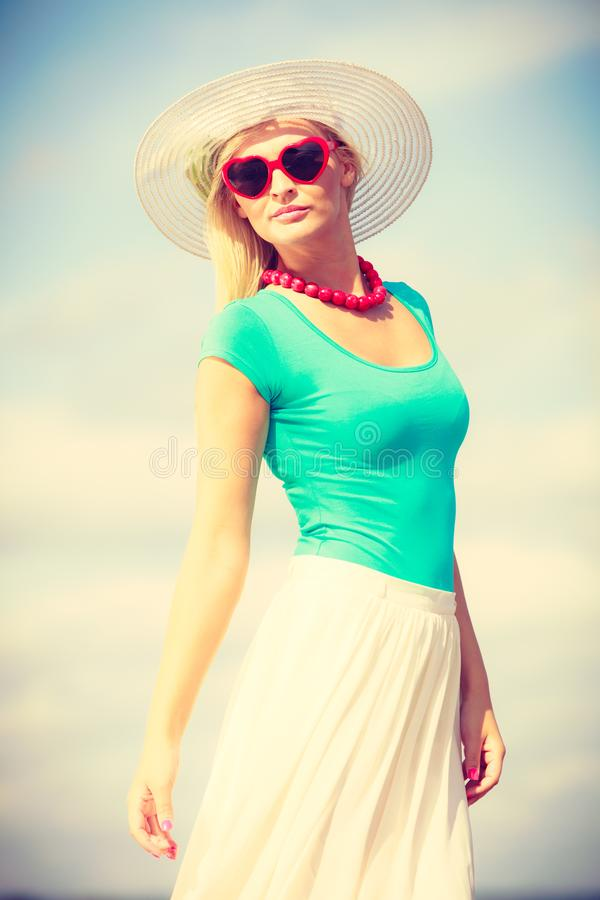 Привлекательная женщина на пляже стоковое изображение