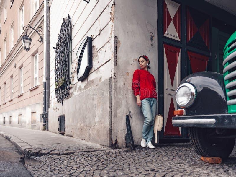 Привлекательная женщина на ретро автомобиле стоковое фото rf