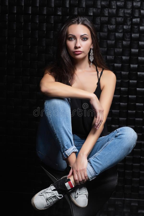 Привлекательная женщина на черной предпосылке стоковая фотография