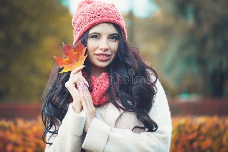 привлекательная женщина портрета наготы клена листьев заволакивания красотки осени Жизнерадостная женщина с кленовым листом паден стоковые изображения rf