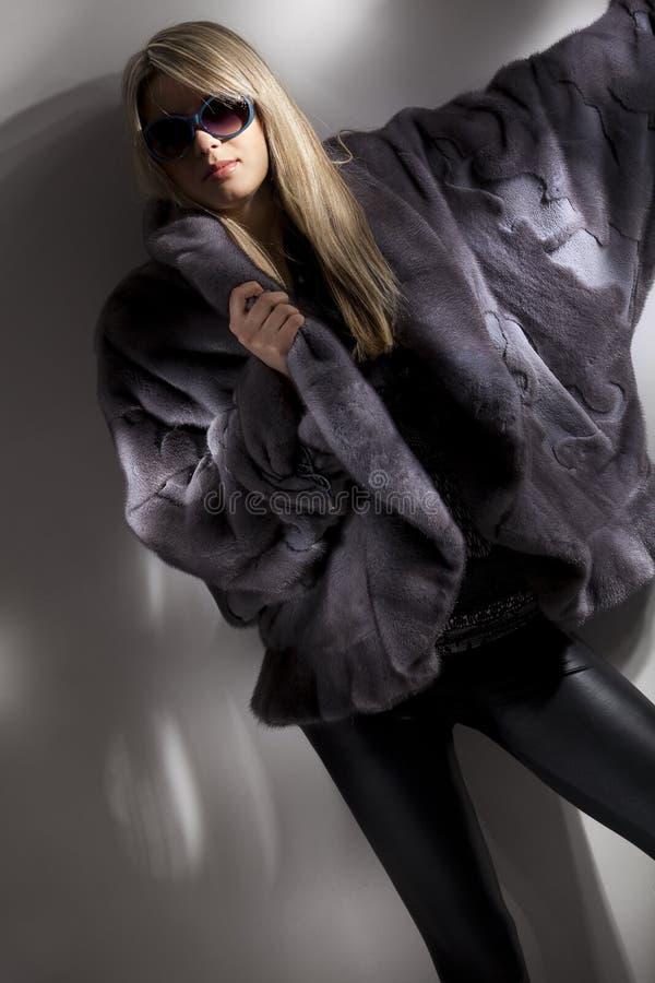 привлекательная женщина серого цвета шерсти пальто стоковое фото rf