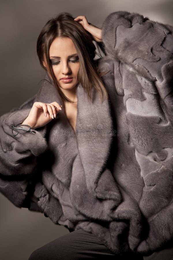 привлекательная женщина серого цвета шерсти пальто стоковые фотографии rf