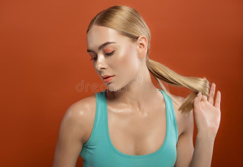 Привлекательная женщина смотря с спокойствием стоковые фотографии rf