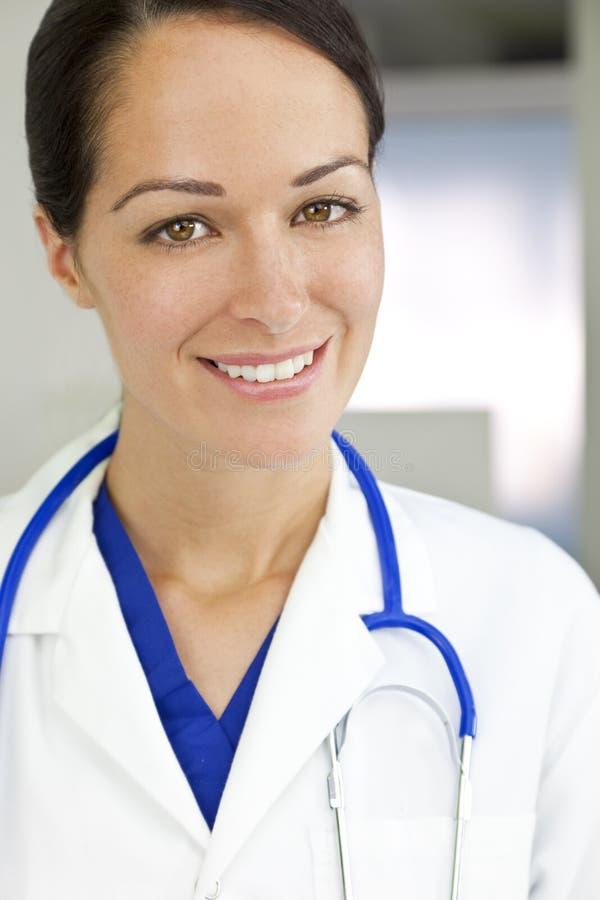 привлекательная женщина стетоскопа доктора брюнет стоковые изображения rf