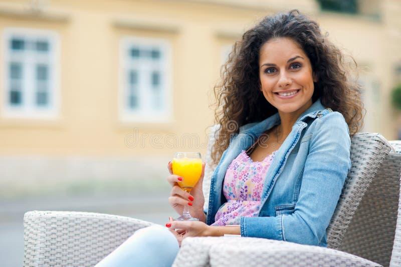 Привлекательная женщина с апельсиновым соком стоковые изображения