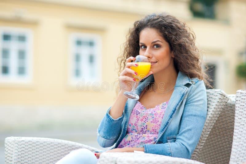 Привлекательная женщина с апельсиновым соком стоковое изображение rf
