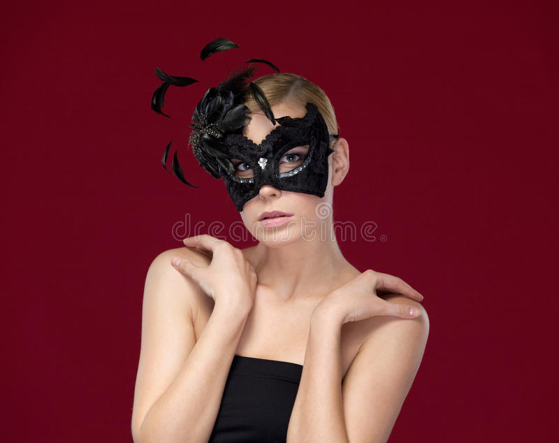 Привлекательная женщина с черной маской стоковые фотографии rf