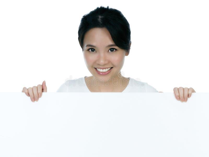 привлекательная женщина удерживания афиши стоковое изображение rf