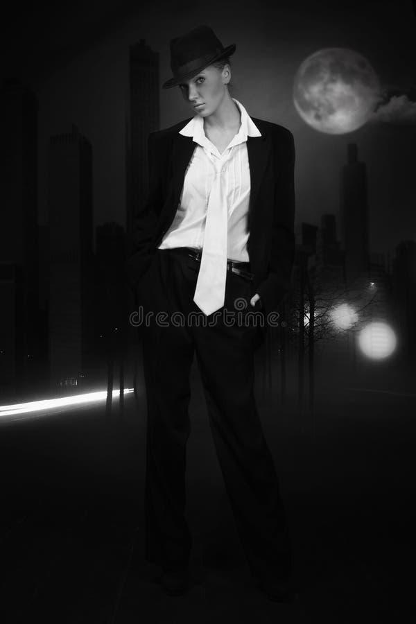 привлекательная женщина улицы ночи города стоковые фотографии rf