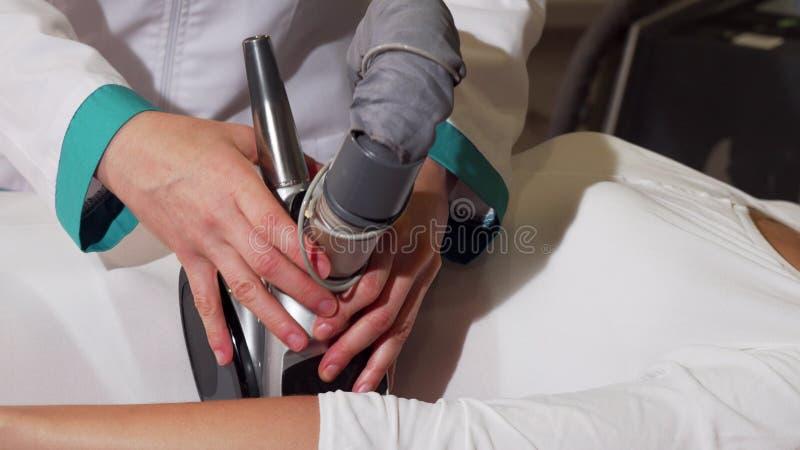 Привлекательная женщина усмехаясь пока получающ массаж анти--целлюлита стоковые изображения rf