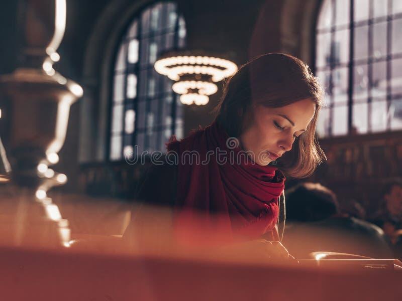привлекательная женщина чтения книги стоковая фотография rf
