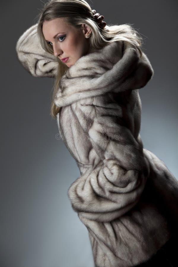 привлекательная женщина шерсти пальто стоковое изображение