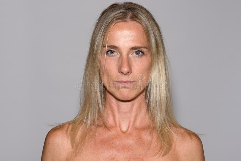 Привлекательная зрелая белокурая женщина с чуть-чуть плечами стоковая фотография