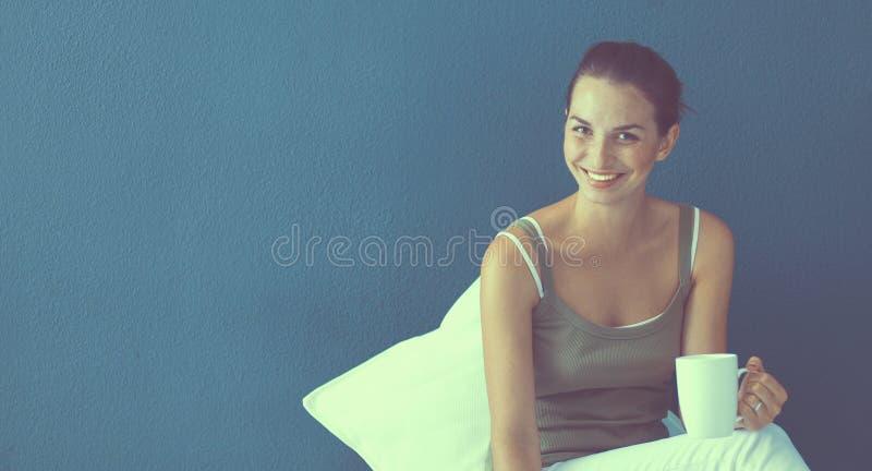 Привлекательная кавказская девушка сидя на поле с ноутбуком стоковая фотография rf