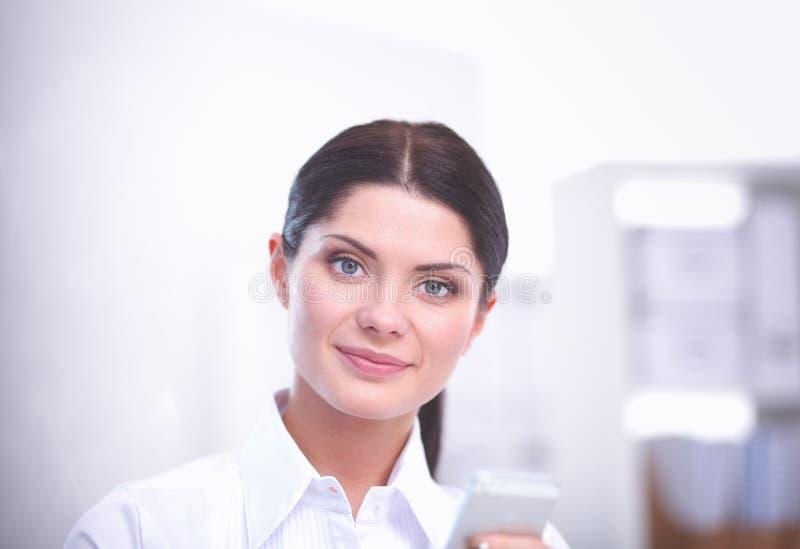 Привлекательная коммерсантка сидя в офисе коммерсантка стоковое изображение