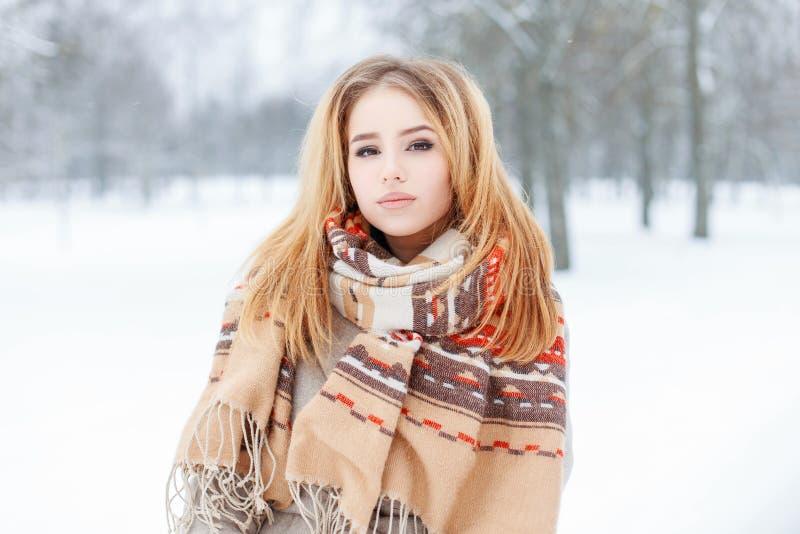 Привлекательная красивая молодая женщина в стильном теплом outerwear в девушке снежного леса зимы милой стоковые фото