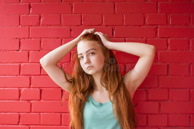 Привлекательная красная девушка волос стоковые изображения rf