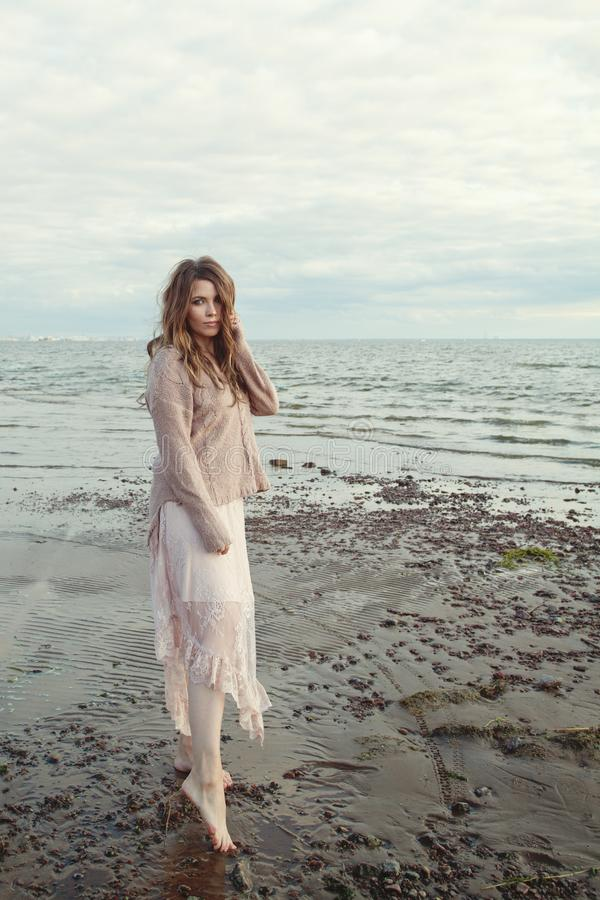 Привлекательная модельная женщина outdoors на побережье океана, романтичном портрете образа жизни стоковая фотография rf