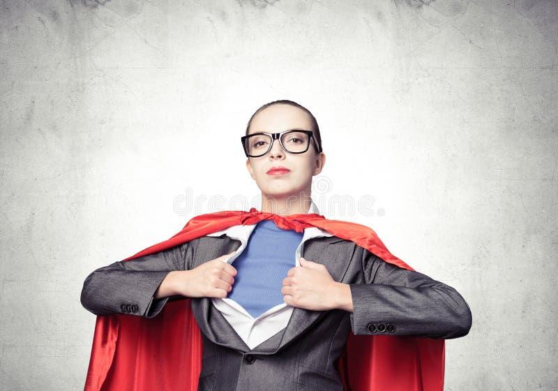 Привлекательная молодая дама дела в красной накидке героя стоковые фотографии rf