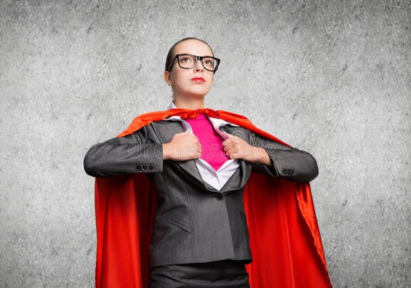 Привлекательная молодая деловая леди в красном героическом плаще стоковое фото rf