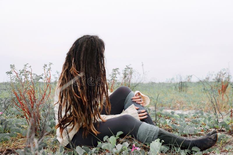 Привлекательная молодая женщина в белом свитере outdoors стоковые изображения