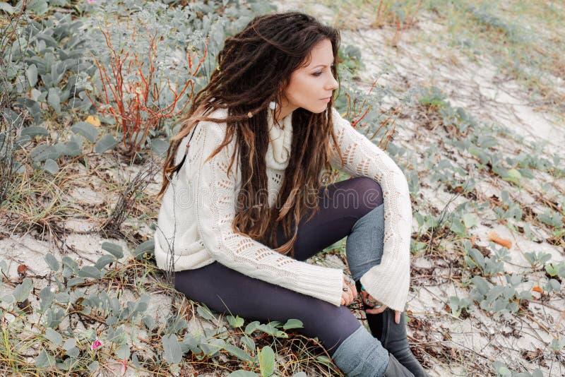 Привлекательная молодая женщина в белом свитере outdoors стоковое изображение rf