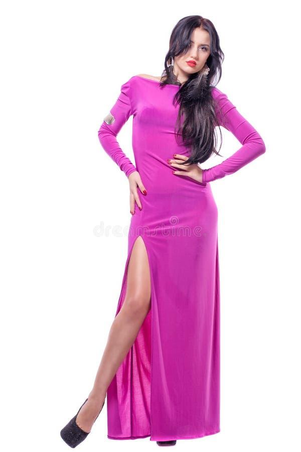 Привлекательная молодая женщина в пурпуровом изолированном платье стоковое изображение rf