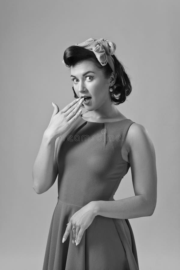 Привлекательная молодая женщина в стиле 50s с идеальными макияжем и ha стоковая фотография rf