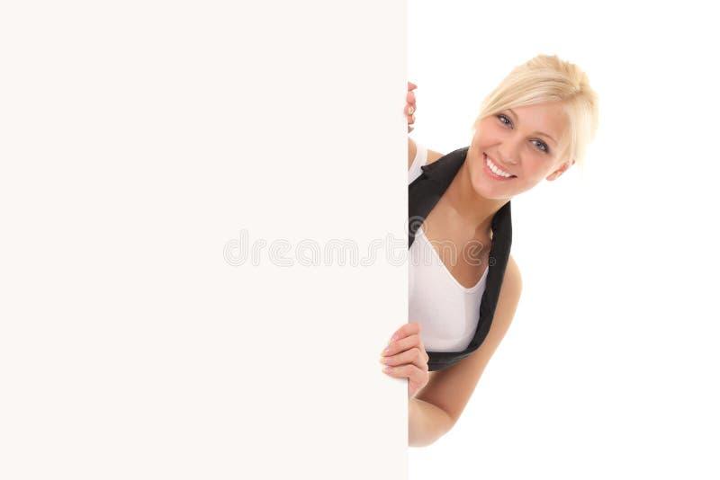 привлекательная молодая женщина держа афишу на белой предпосылке стоковое фото rf