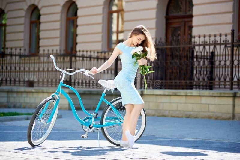 Привлекательная молодая женщина наслаждаясь едущ ее велосипед стоковые изображения