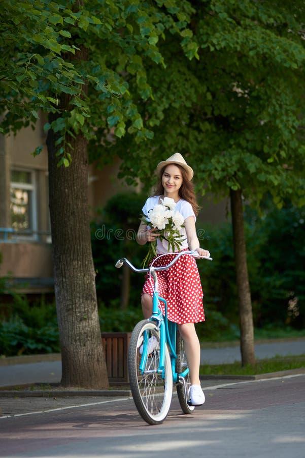 Привлекательная молодая женщина наслаждаясь едущ ее велосипед стоковые изображения rf