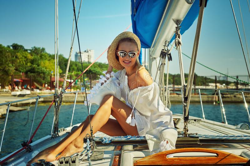 Привлекательная молодая женщина на яхте на летний день стоковое изображение rf