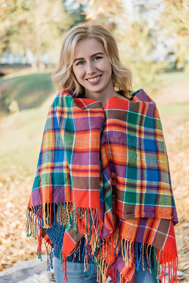 Привлекательная молодая женщина с вьющиеся волосы в оболочке в теплом снаружи одеяла стоковые фотографии rf