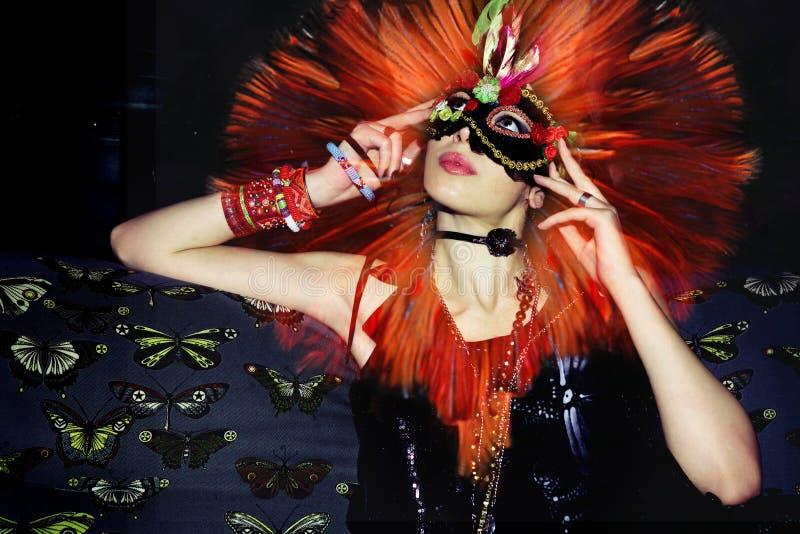 Привлекательная молодая замаскированная женщина на фото партии составном стоковое изображение rf