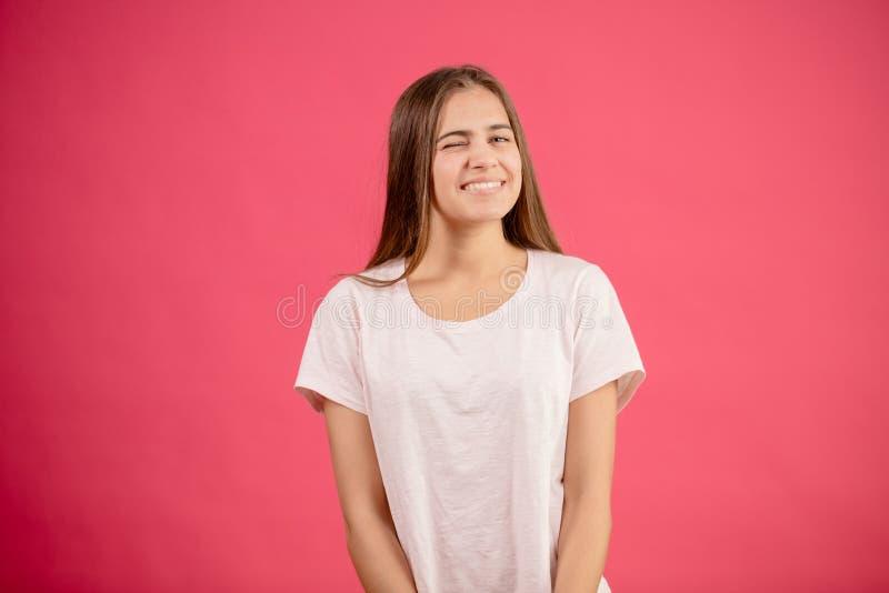 Привлекательная молодая модель подмигивая глазу стоковая фотография