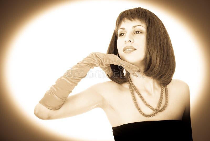 привлекательная представляя ретро женщина типа стоковое изображение rf