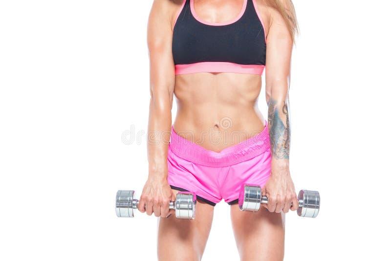 Привлекательная, сексуальная, мышечная девушка в розовых шортах и черная верхняя часть с гантелями стал-цвета Фитнес, здоровый об стоковые изображения