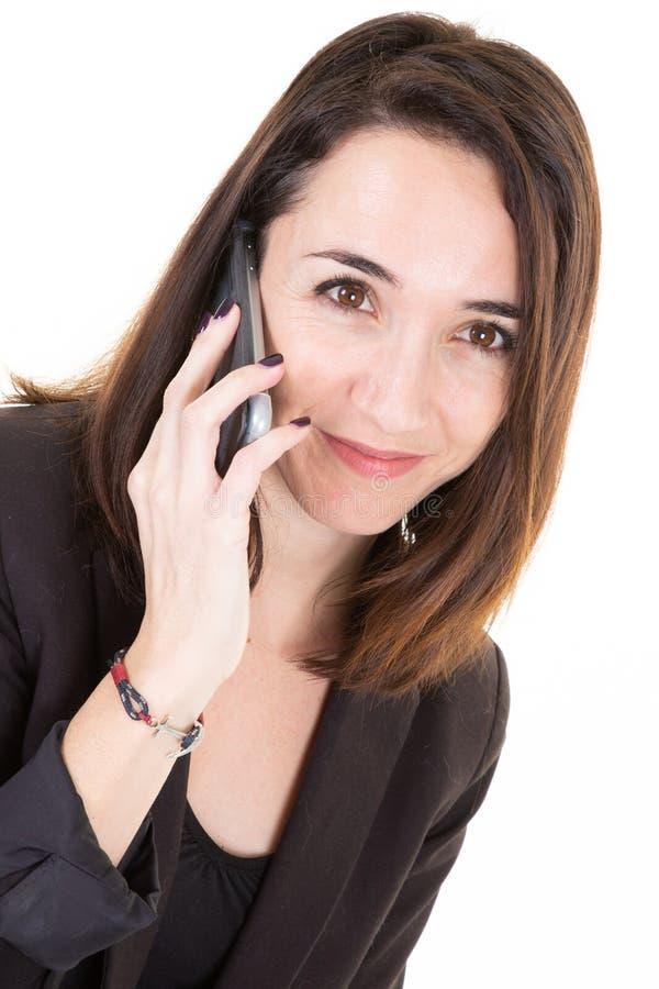 Привлекательная современная милая бизнес-леди говорит по телефону с клиентом стоковые изображения