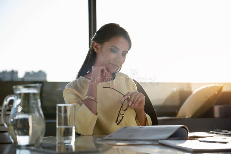 Привлекательная стильная девушка расслабляющая в офисе стоковое фото rf