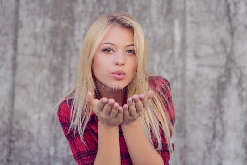 Привлекательная счастливая девушка с белокурыми волосами, большими губами, с совершенным s стоковые фото