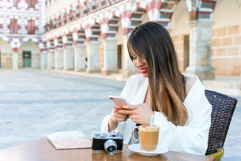 Привлекательная счастливая женщина имея кофе на улице a стоковые фотографии rf